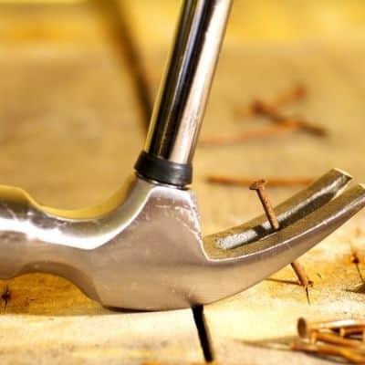 Zimmermannshammer beim hausziehen eines Nagels